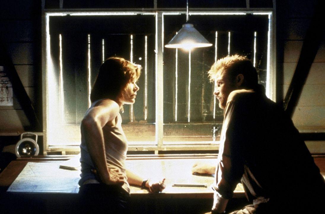 Mit dem Sender können Alex (Mariel Hemingway, l.) und Grant (Doug Savant, r.) endlich das Weiße Haus von der Entführung der Präsidententochter u... - Bildquelle: Columbia TriStar