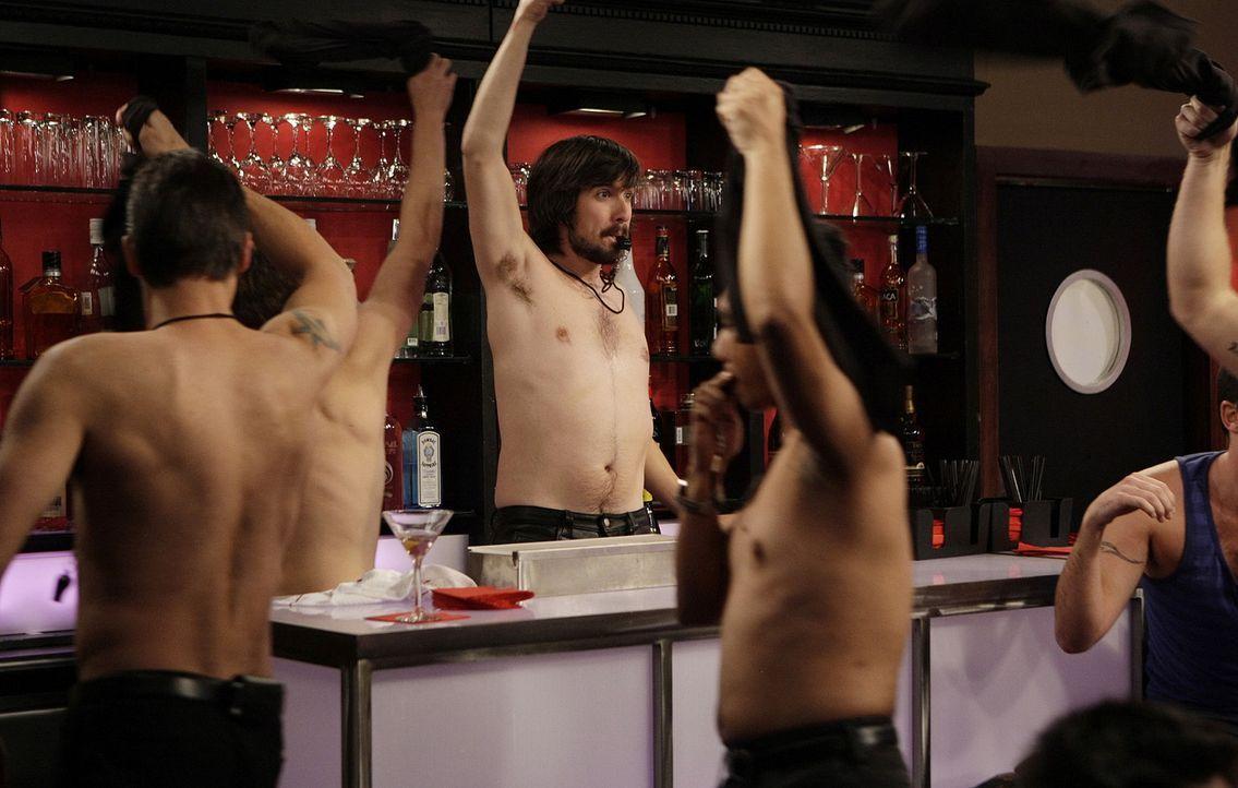 Davis (Nicolas Wright, M.) arbeitet neuerdings in einer Schwulenbar ... - Bildquelle: 2009 CBS Broadcasting Inc. All Rights Reserved