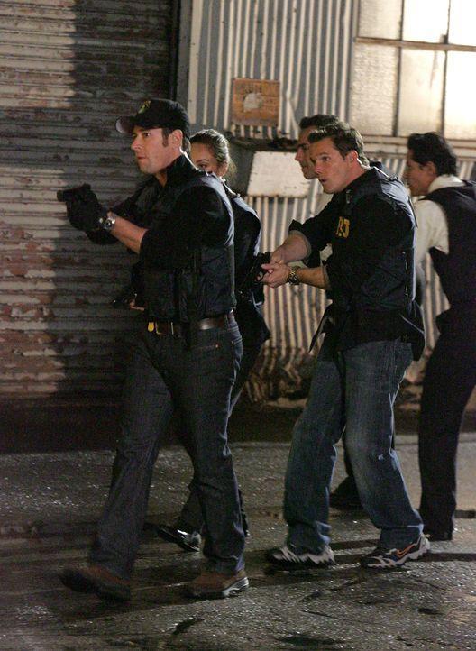 Werden Don (Rob Morrow, vorne l.), Colby (Dylan Bruno, vorne r.) und die anderen es rechtzeitig schaffen, die Terroristen zu stellen? - Bildquelle: Paramount Network Television