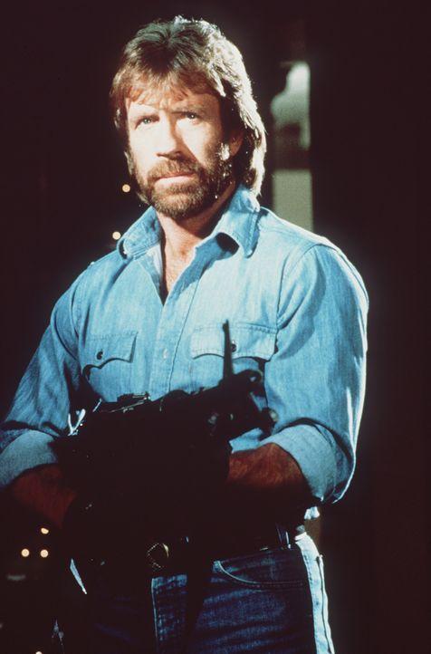 Colonel Braddock (Chuck Norris) macht es sich zur Aufgabe, die amerikanischen Gefangenen auf eigene Faust zu befreien und kehrt schwer bewaffnet nac... - Bildquelle: TM &   Metro-Goldwyn-Meyer Studios Inc. All Rights Reserved.