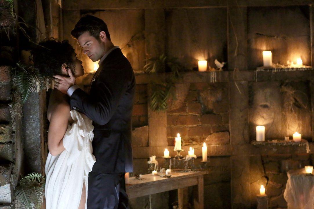 Gefährliche Liebe: Elijah (Daniel Gillies, r.) hätte nie gedacht, Celeste (Raney Branch, l.) in ihrem Körper je wiederzusehen ... - Bildquelle: Warner Bros. Television