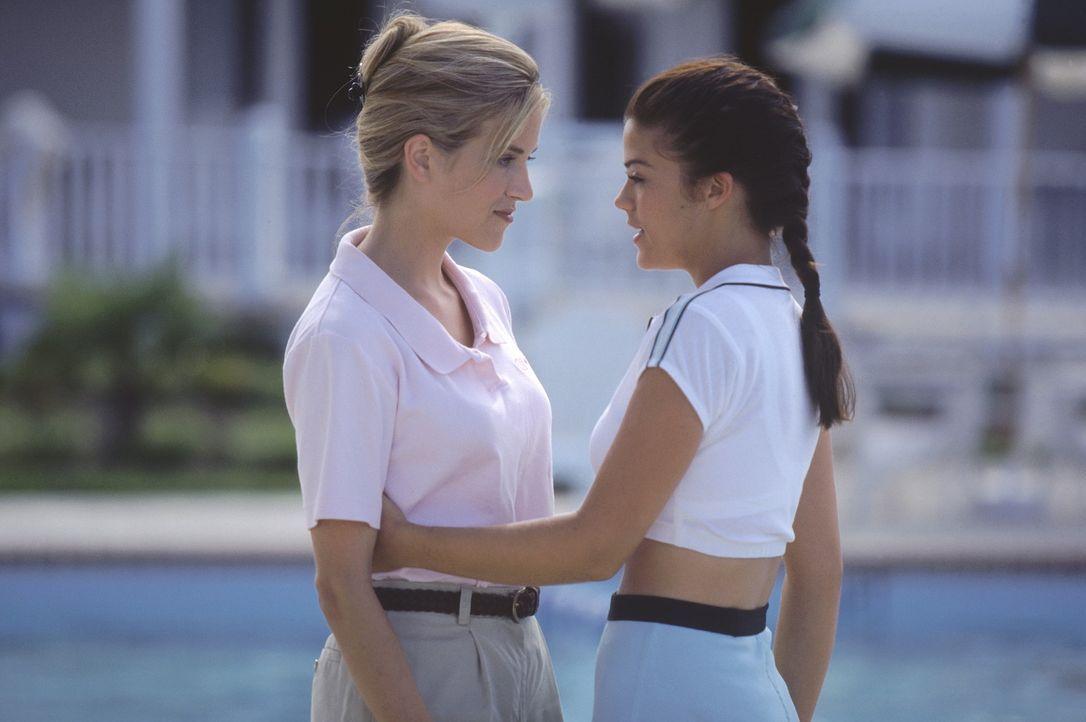 Schon bald macht Brittany (Susan Ward, r.) der naiven Adrien (Lori Heuring, l.) unmissverständlich deutlich, wer das Sagen hat ... - Bildquelle: Warner Bros.