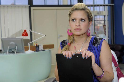 Mia (Josephine Schmidt) nimmt resigniert zur Kenntnis, dass David scheinbar e...