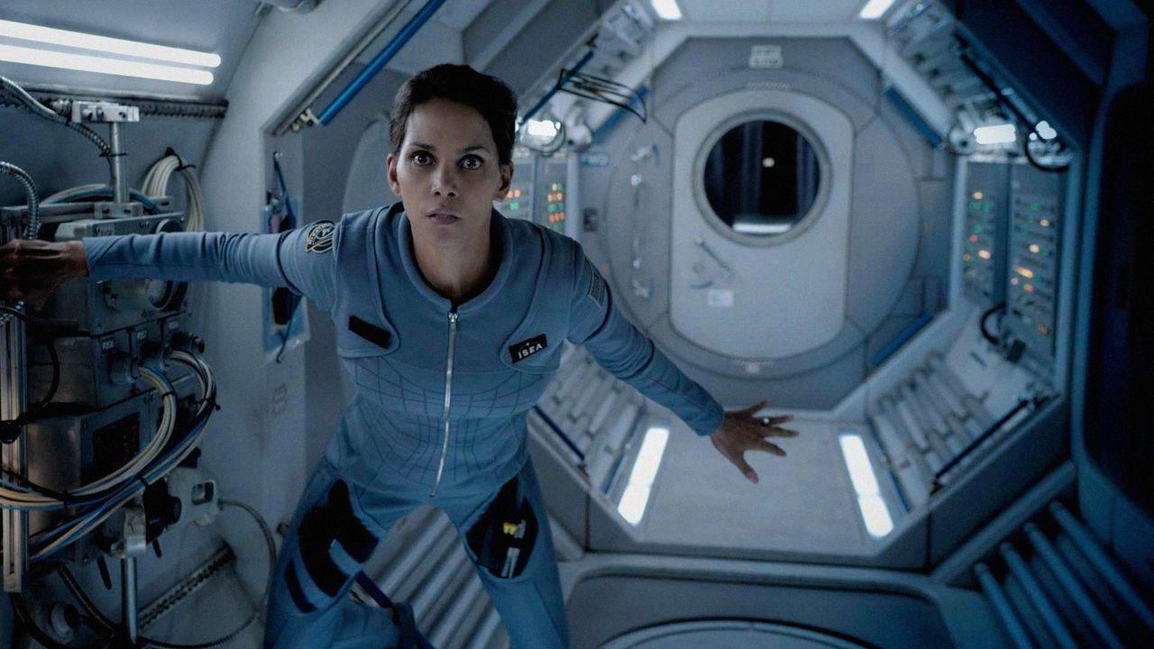 Astronautin Molly Woods' (Halle Berry) Mission im Weltall findet bald ein Ende. Nach mehr als einem Jahr alleine über der Erde, kommt sie zurück ... - Bildquelle: 2014 CBS Broadcasting, Inc. All Rights Reserved