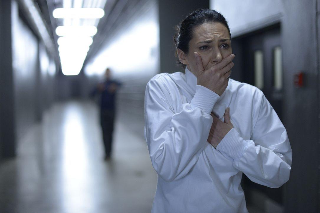 Eigentlich glaubt Julia (Kyra Zagorsky), dass sie einer Infektion entkommen konnte. Doch stimmt das wirklich? - Bildquelle: 2014 Sony Pictures Television Inc. All Rights Reserved.