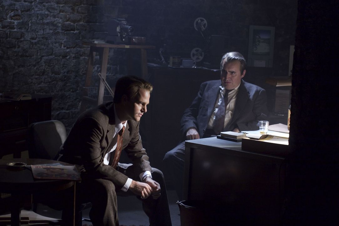 Es ist Januar 1954 in West-Berlin: Der CIA-Agent Harvey Torrit (Alfred Molina, r.) und sein junger Assistent Jack McCauliffe (Chris O'Donnell, l.) n...