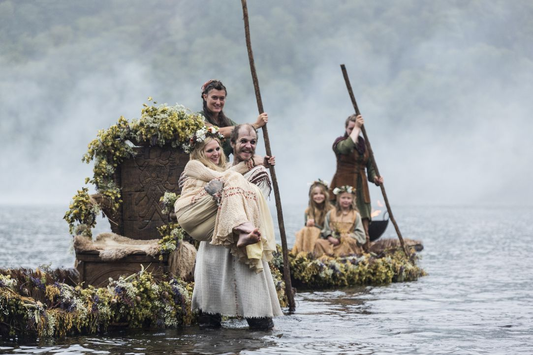 Während Siggy ihre eigenen Pläne verfolgt, besiegeln Floki (Gustaf Skarsgard, vorne r.) und Helga (Maude Hirst, vorne l.) ihr Liebe mit der Eheschli... - Bildquelle: 2014 TM TELEVISION PRODUCTIONS LIMITED/T5 VIKINGS PRODUCTIONS INC. ALL RIGHTS RESERVED.