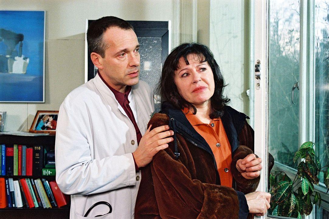 Margret Heimann (Gundi Ellert, r.) bangt um ihren Sohn Thore, der im Koma liegt. Dr. Stein (Christoph Schobesberger, l.) versucht, sie zu trösten. - Bildquelle: Noreen Flynn Sat.1