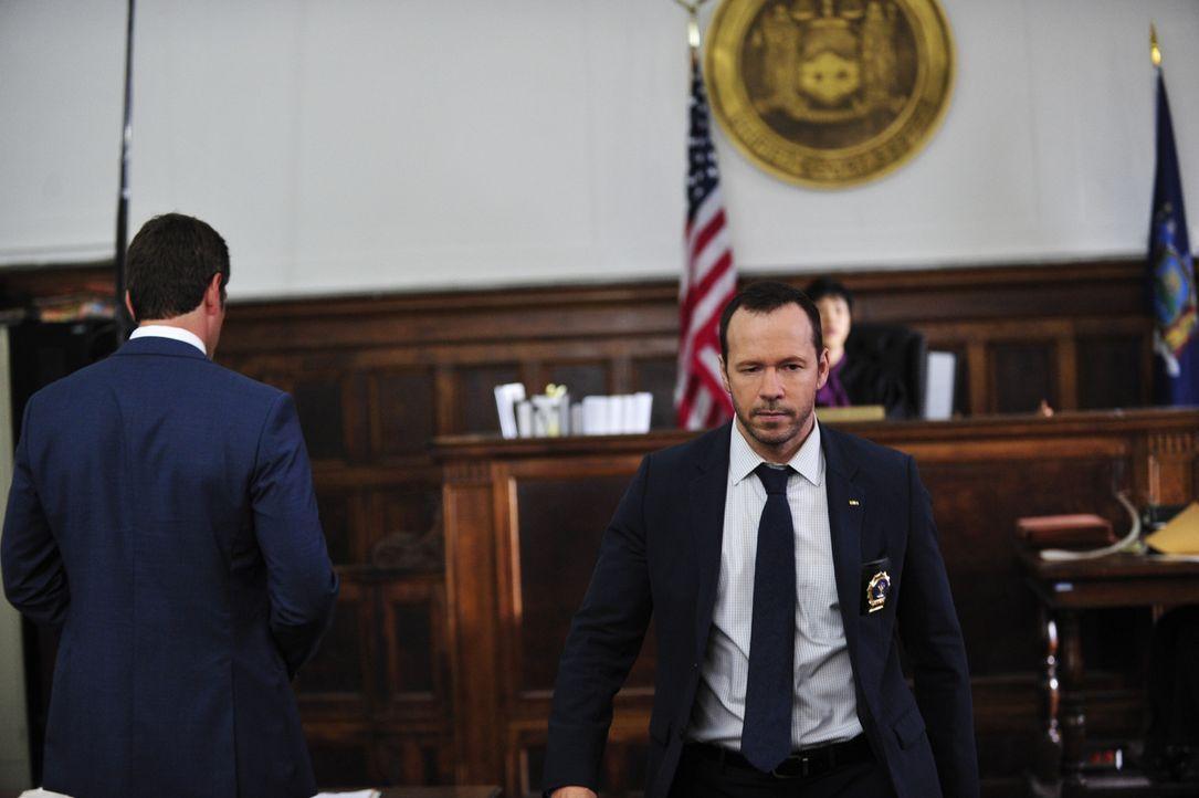 Danny (Donnie Wahlberg, r.) muss die Rolle des Verhandlungsführers bei einer Geiselnahme im Gericht übernehmen. Kann er die Situation entschärfen? - Bildquelle: 2013 CBS Broadcasting Inc. All Rights Reserved.