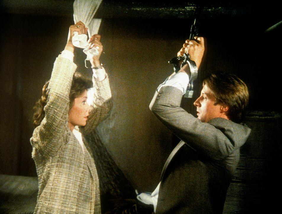 Lee (Bruce Boxleitner, r.) und Amanda (Kate Jackson) werden auf einem Schiff gefangen gehalten. - Bildquelle: CBS Television
