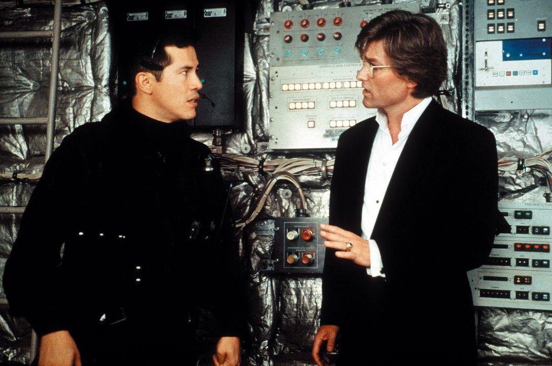 Riskiert Kopf und Kragen, um die Terroristen auszuschalten und die Bombe zu entschärfen, bevor die Maschine amerikanischen Luftraum erreicht: David... - Bildquelle: Warner Bros. Pictures