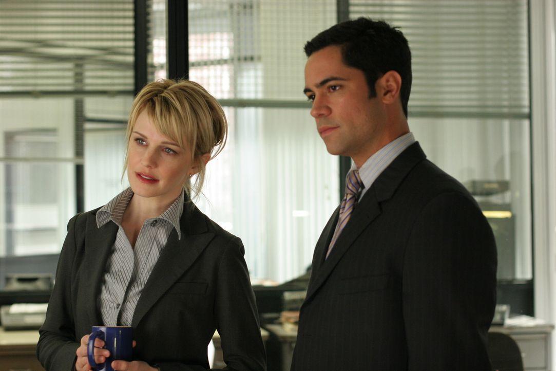 Det. Lilly Rush (Kathryn Morris, l.) ahnt nicht, dass ihr Kollege  Det. Scott Valens (Danny Pino, r.) eine Affäre mit ihrer Schwester hat ... - Bildquelle: Warner Bros. Television