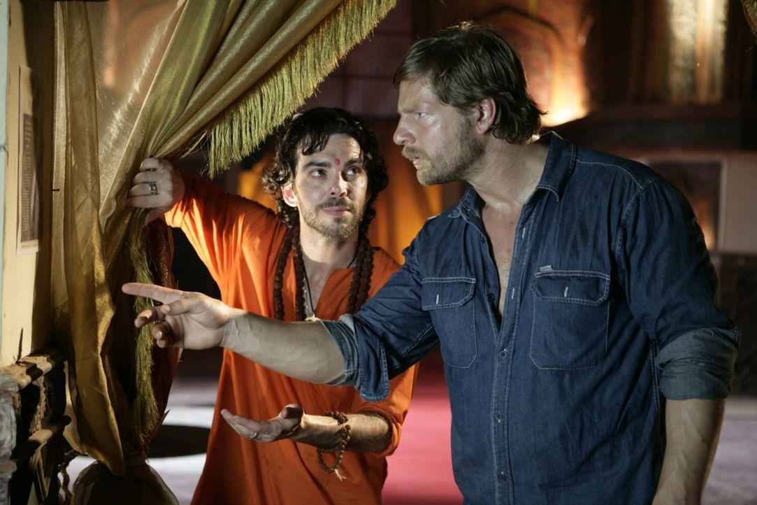 Truckerfahrer Max (Henning Baum, r.) ist fassungslos: Sein Freund Waldo (Will Keenan, l.) hat sich nicht nur für ein spirituelles Leben entschieden,... - Bildquelle: Vinod Deshpande SAT.1