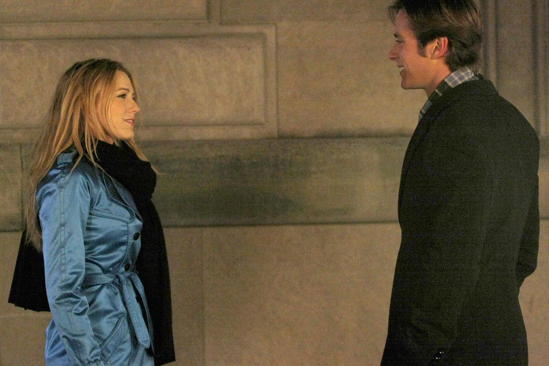 Serena (Blake Lively, l.) befürchtet, dass sie Gabriel (Armie Hammer, r.) im Rausch in Spanien geheiratet hat. Als er dann plötzlich auftaucht, beko... - Bildquelle: Warner Bros. Television