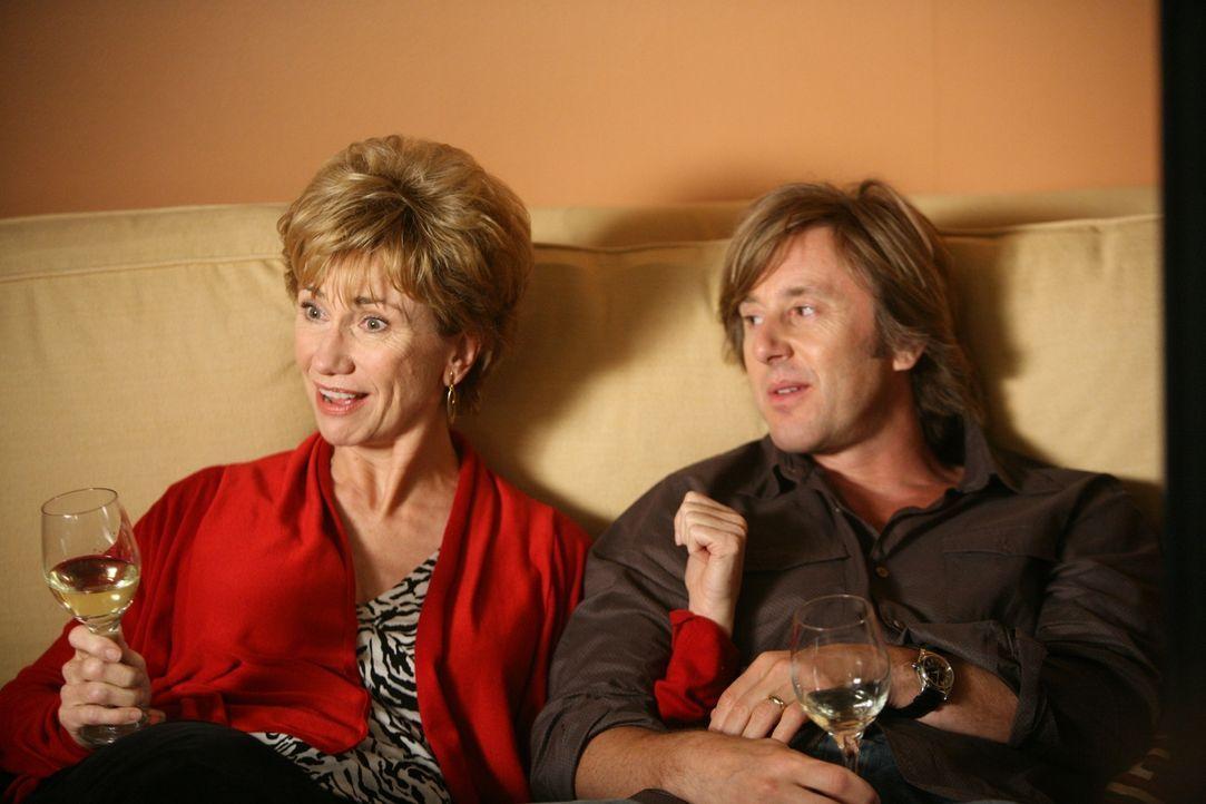 Joes (Jake Weber, r.) Mutter Marjorie (Kathy Baker, l.) ist zu Besuch. Noch ahnt Joe nicht, dass sie ein Geheimnis hat ... - Bildquelle: Paramount Network Television