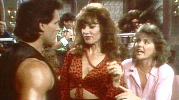 Auf der Suche nach Marcys Ehering versuchen Peggy (Katey Sagal, M.) und Marcy...