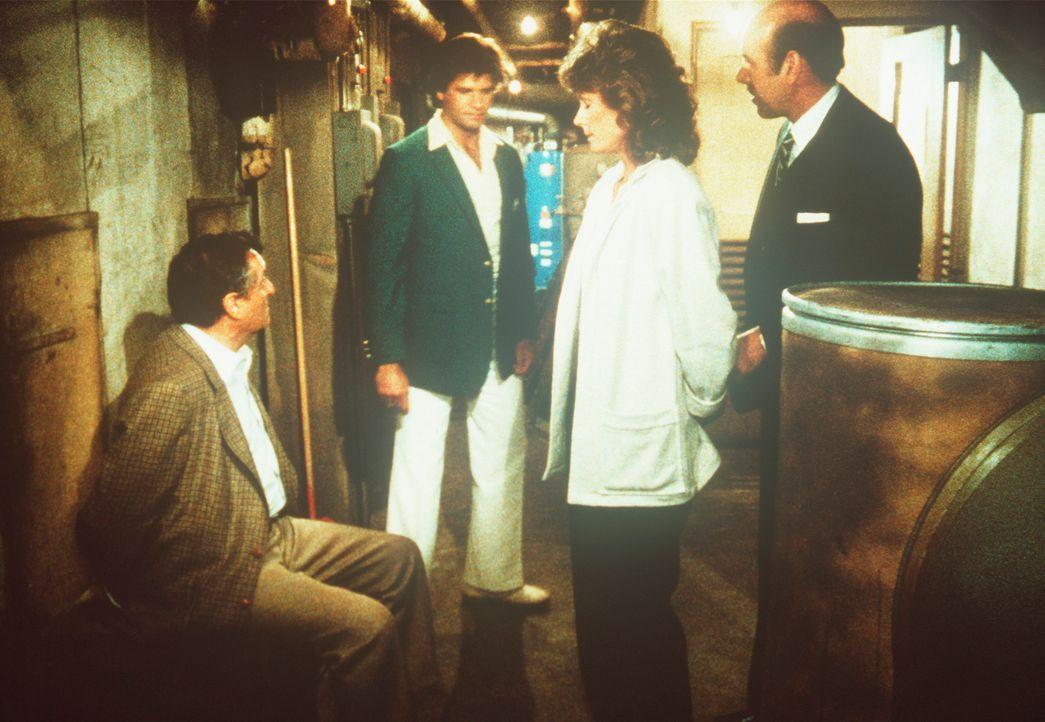 """Amanda (Kate Jackson, 2.v.r.) und Dr. Tucker (Jason Wingreen, l.) werden im Keller des Nobelhotels """"Cumberland"""" gefangen gehalten. - Bildquelle: CBS Television"""