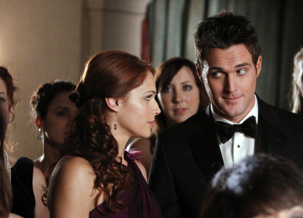 Ein neuer Fall beschäftigt Grace (Amanda Righetti, l.), Wayne (Owain Yeoman, r.) und das restliche Team ... - Bildquelle: Warner Bros. Television