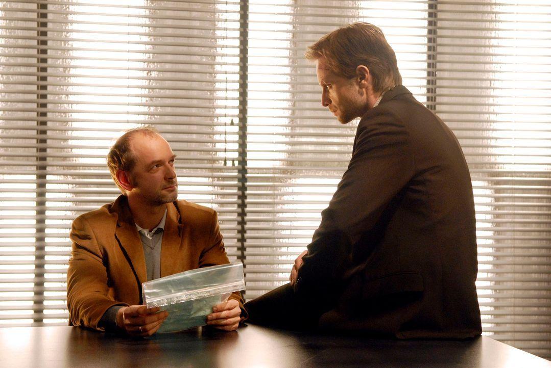 Philip (Julian Weigend, r.) konfrontiert Martin Wallner (Martin Ontrop, l.) mit dem von ihm verfassten Drohbrief an Carla Weber. Der streitet ab, de... - Bildquelle: Christoph Assmann Sat.1