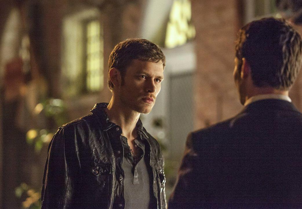 Klaus (Joseph Morgan, l.) hat eine neue Mission. New Orleans soll nicht mehr unter der Kontrolle von dem Vampir Marcel stehen. Klaus früherer Schü... - Bildquelle: Warner Brothers