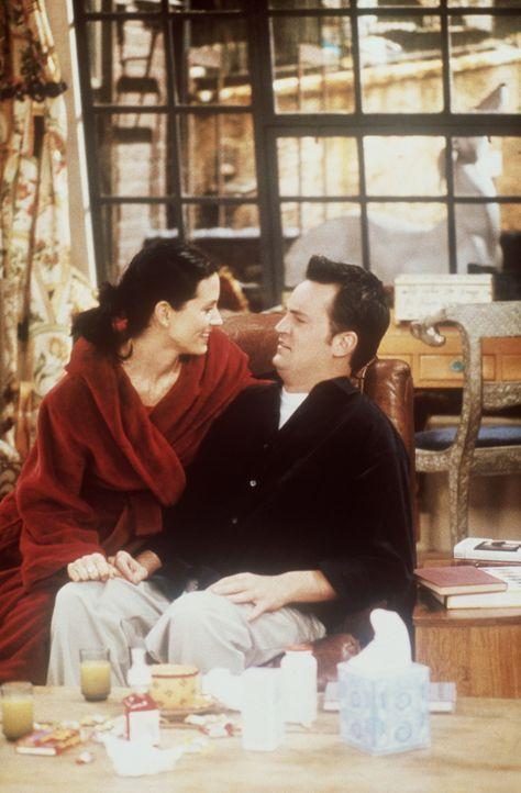 Leider verpflichtet sich Chandler (Matthew Perry, r.), seiner verschnupften Monica (Courteney Cox, l.) Gesellschaft zu leisten. - Bildquelle: TM+  2000 WARNER BROS.