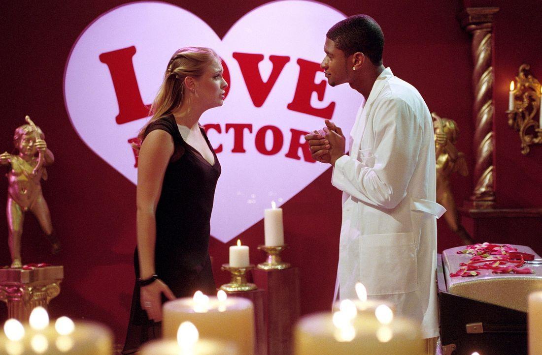 Da Sabrina (Melissa Joan Hart, l.) Josh ihre Liebe nicht gestehen kann, wird sie vom Hexenrat zu einer Therapie zu Doktor Love (Usher Raymond, r.) v... - Bildquelle: Paramount Pictures