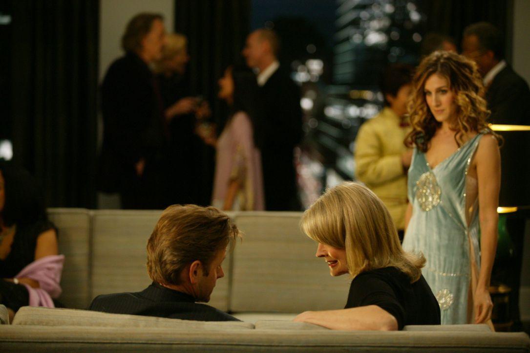 """Gemeinsam werden Carrie (Sarah Jessica Parker, r.) und Aleksandr (Mikhail Baryshnikov, l.) von Enid (Candice Bergen, M.), ihrer Redakteurin bei """"Vog... - Bildquelle: Paramount Pictures"""