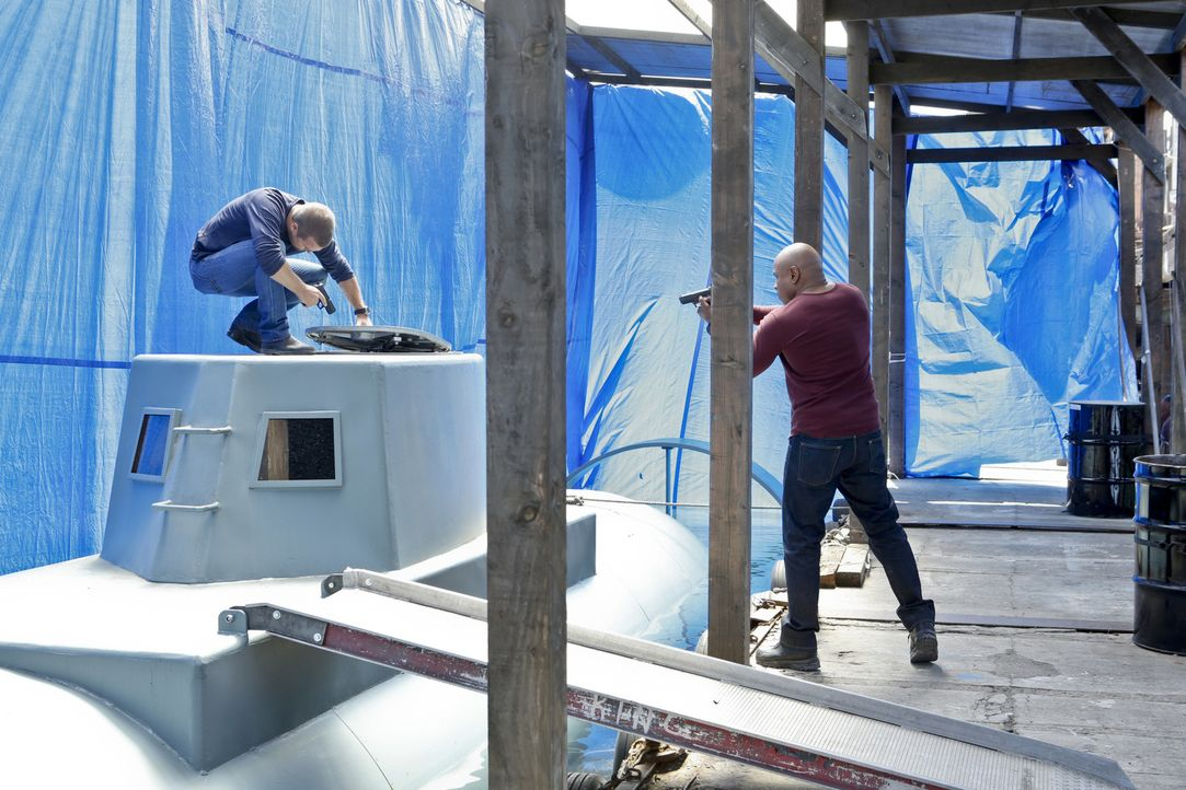 Callen (Chris O'Donnell, l.) und Sam (LL Cool J, r.) wollen die Schmuggler hochgehen lassen, die eine milliardenschwere Kokslieferung von Kolumbien... - Bildquelle: CBS Studios Inc. All Rights Reserved.