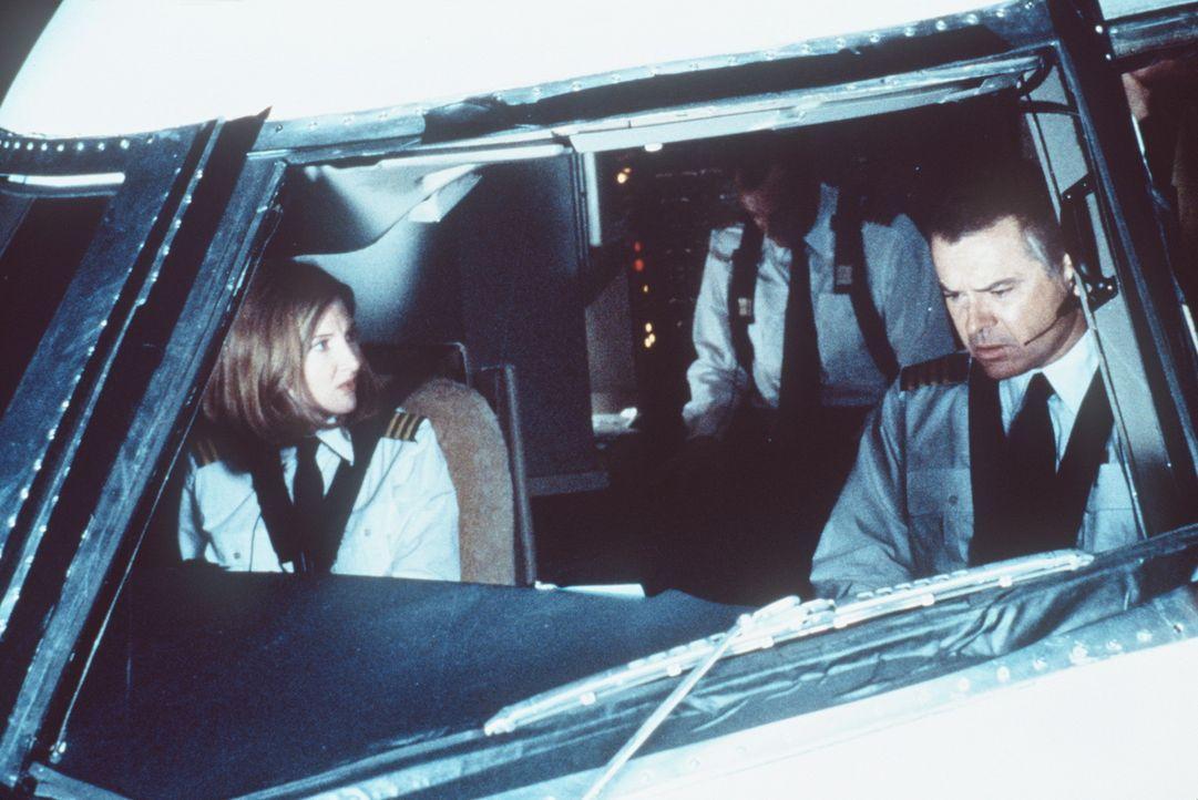 Nach der Kollision mit einer Privatmaschine müssen Co-Pilotin Connie Phipps (Annette O'Toole, l.) und Capt. Lucky Singer (Robert Urich, r.) blitzsc...