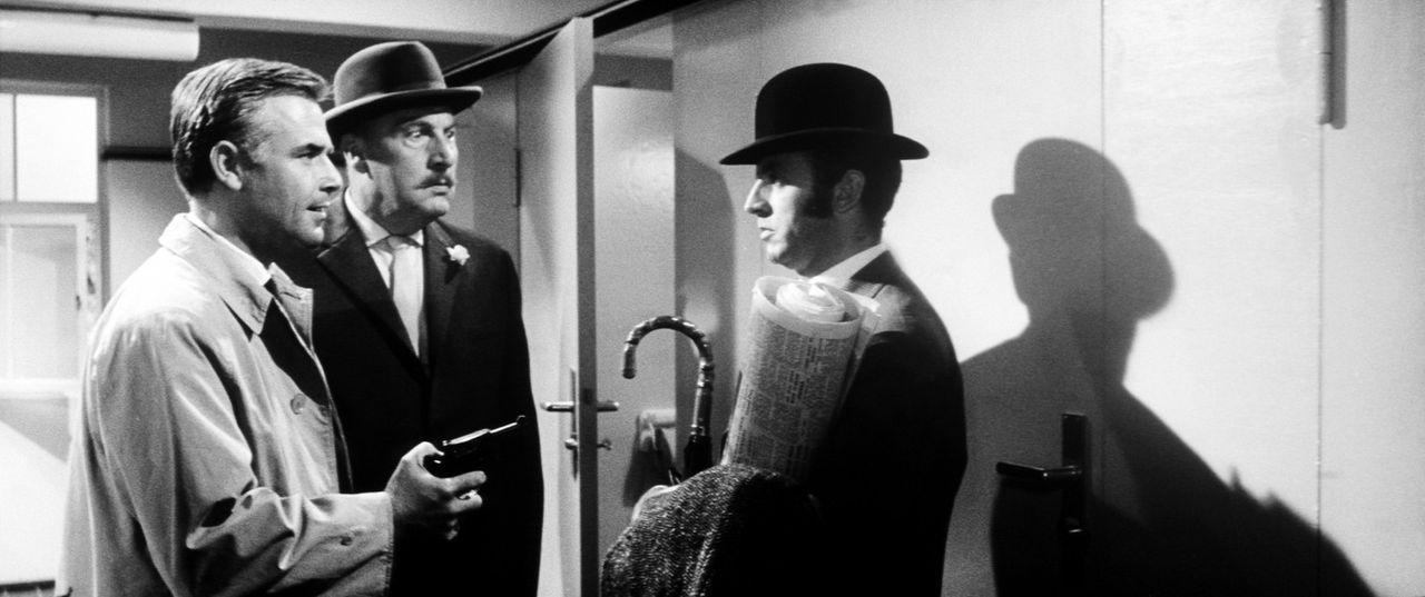 Wer ist der Hexer? Inspektor Higgins (Joachim Fuchsberger, l.) und Sir John (Siegfried Schürenberg, M.) verdächtigen den harmlos wirkenden Finch (... - Bildquelle: Constantin Film