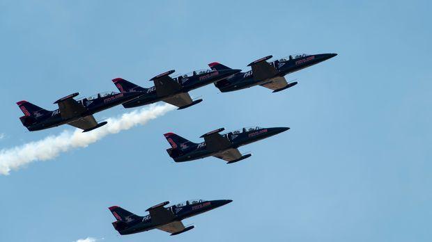 Dem Jet Team läuft die Zeit davon, um das spektakuläre neue Manöver für ihre...
