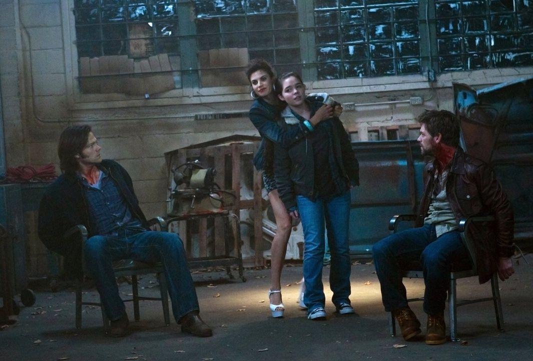 Auf der Suche nach Lee (Ian Tracey, r.) geraten Sam (Jared Padalecki, l.) und Krissy (Madison McLaughlin, 2.v.r.) in die Hände von Sally (Meghan Ory... - Bildquelle: Warner Bros. Television