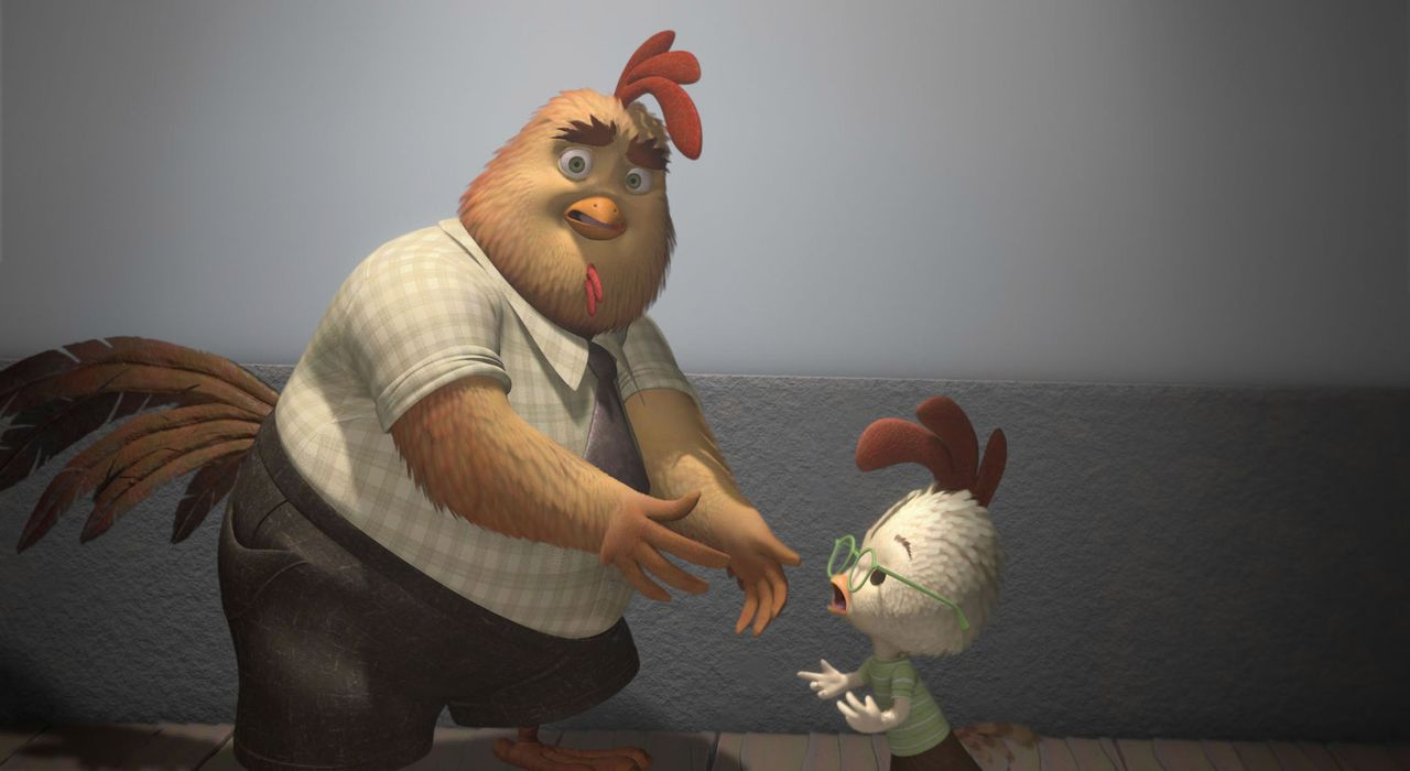 Als Hühnchen Junior, r. seinem Vater Bruno, l. mitteilt, dass er ins Baseballteam möchte, befürchtet dieser, dass sich sein etwas klein geratener... - Bildquelle: Disney. All rights reserved
