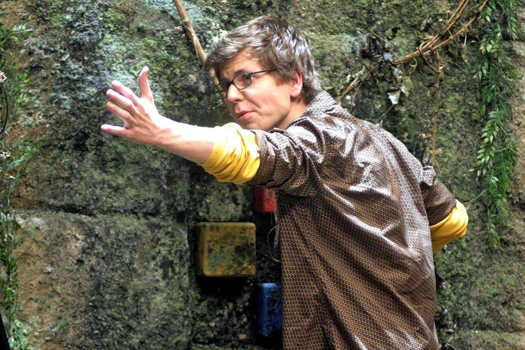 Ron (Stefan Miess) wendet sich von dem Abgrund ab und betrachtet die Felswand hinter sich genauer. Er findet vier handtellergroße, viereckige Steine... - Bildquelle: Oktavian Cocolos Sat.1