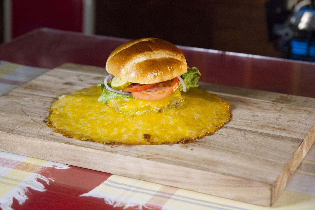 """Der Volcano Burger des """"Ozark Cafes"""" beinhaltet so viel Käse, dass er beim Grillen wie Lava aus dem Burger fließt ... - Bildquelle: 2018, The Travel Channel, LLC. All Rights Reserved."""