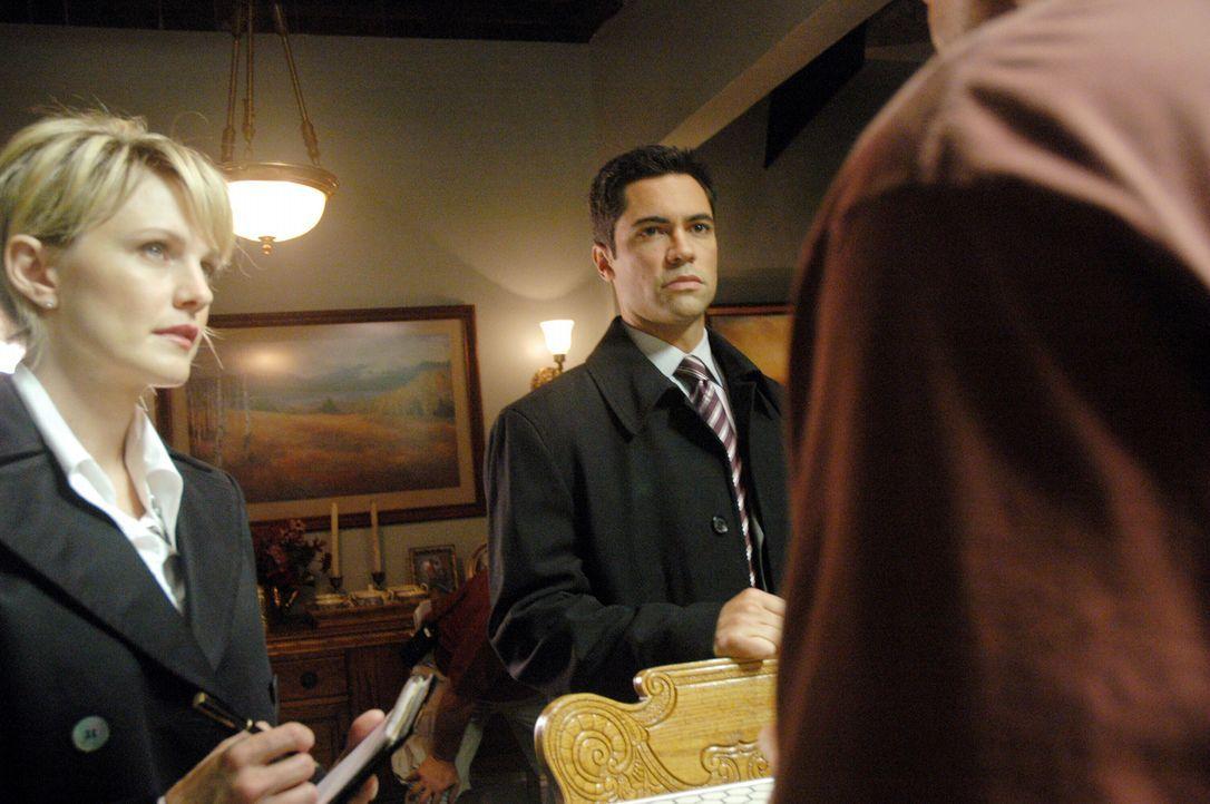 Die verzweifelte Suche nach Daniela beginnt: Scott Valens (Danny Pino, r.) und Lilly Rush (Kathryn Morris, l.) ... - Bildquelle: Warner Bros. Television