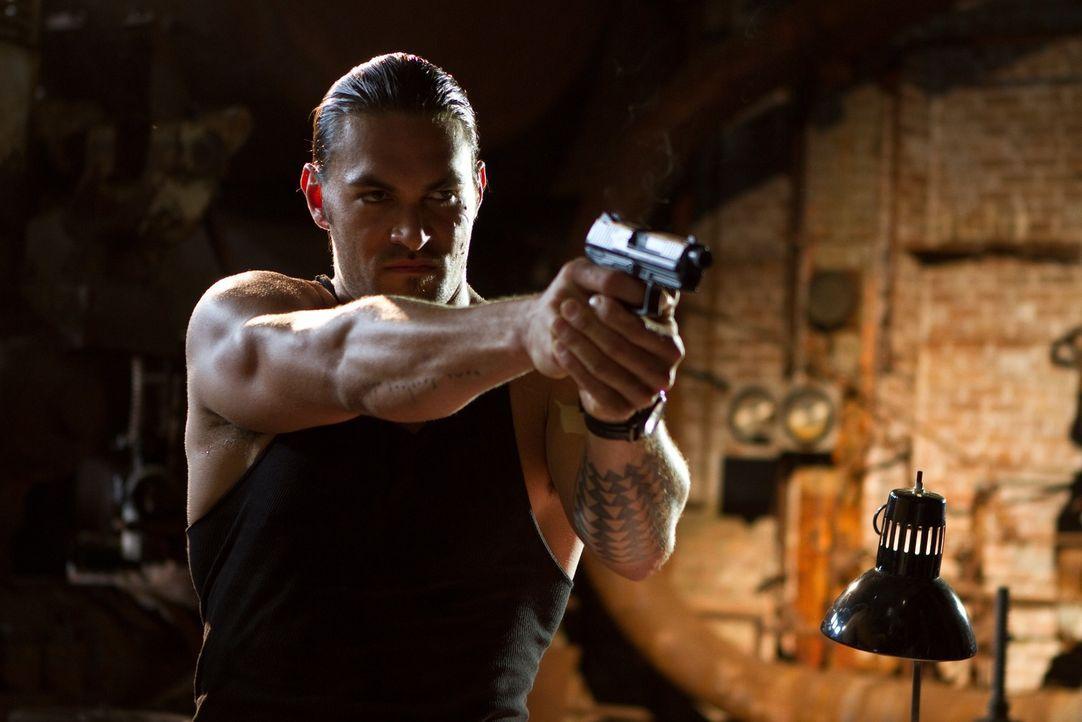 Noch glaubt Keegan (Jason Momoa), alles im Griff zu haben, doch dann lässt er sich auf ein riskantes Spiel ein ... - Bildquelle: Frank Masi 2012 Constantin Film Verleih GmbH