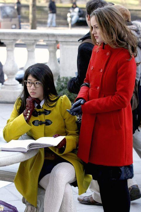 Blair (Leighton Meester, r.) verbreitet ein Gerücht, das bei Kati (Nan Zhang, l.) gut aufgehoben ist ... - Bildquelle: Warner Brothers