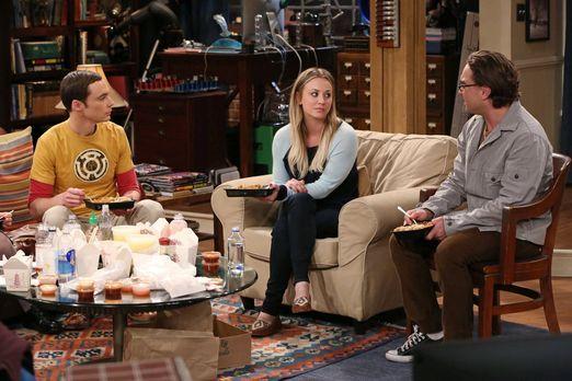 The Big Bang Theory - Während Sheldon (Jim Parsons, l.) und Howard sich ständ...