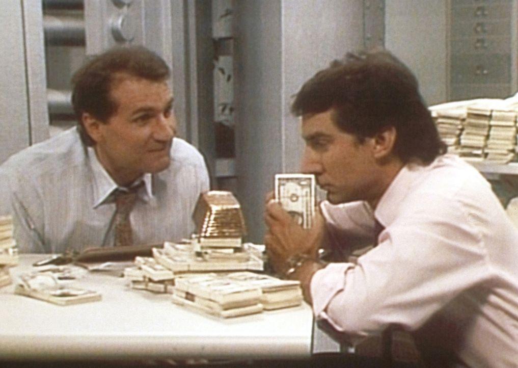 Al (Ed O'Neill, l.) und Steve (David Garrison, r.) sind nach Feierabend allein in Steves Bank und spielen mit Millioneneinsätzen. - Bildquelle: Sony Pictures Television International. All Rights Reserved.