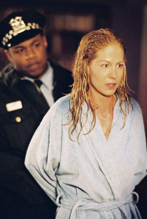 Die Journalistin Ellena Roberts (Jenna Elfman, r.) wird verhaftet, weil sie einen Arzt verfolgt haben und in sein Haus eingebrochen sein soll. Doch... - Bildquelle: TM &   2006 CBS Studios Inc. All Rights Reserved.