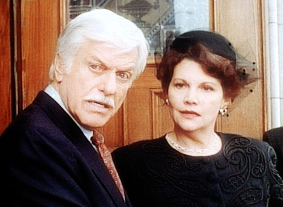 Schon bald verdächtigt Dr. Mark Sloan (Dick Van Dyke, l.) die reiche Witwe Monica (Francis Lee McCain, r.) des Mordes an Dale Harlan ... - Bildquelle: Viacom