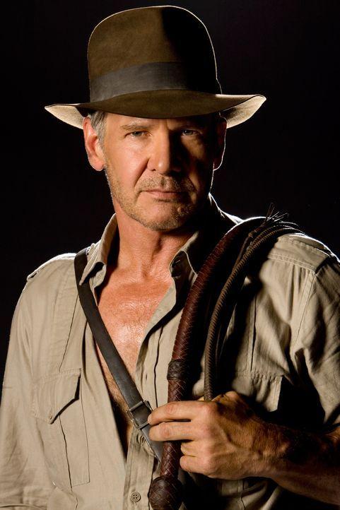Nachdem Indiana Jones (Harrison Ford)  zusammen mit seinem Begleiter Mac in der Wüste an einem abgelegenen Flugplatz nur knapp den dortigen Sovjetis... - Bildquelle: David James & TM 2008 Lucasfilm Ltd. All Rights Reserved.