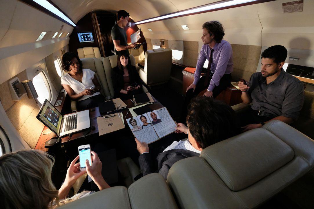 Das Team um Lynne (JoNell Kennedy, l.), Emily (Paget Brewster, 2.v.l.), Reid (Matthew Gubler, r.) und Alvez (Amdam Rodriguez, 2.v.r.), wird zu einer... - Bildquelle: Disney Media Distribution