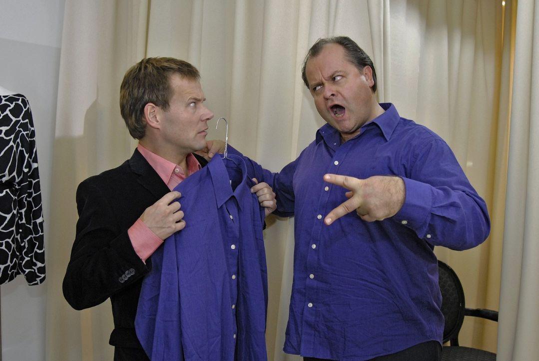 Mathias (Mathias Schlung, l.) hat in der Boutique zufällig das selbe Hemd wie Markus (Markus Majowski, r.) gekauft. Jetzt weiß Janine gar nicht me... - Bildquelle: Sat.1