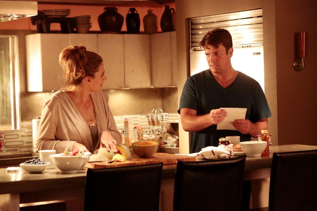 Ein neuer Mordfall beschäftigt Castle (Nathan Fillion, r.) und Beckett (Stana Katic, l.) ... - Bildquelle: ABC Studios