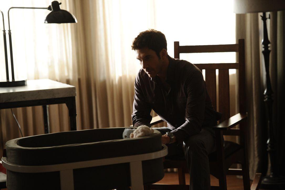 Nach Viviens Tod kümmert sich Ben (Dylan McDermott) liebevoll um das Baby ... - Bildquelle: 2011 Twentieth Century Fox Film Corporation. All rights reserved.
