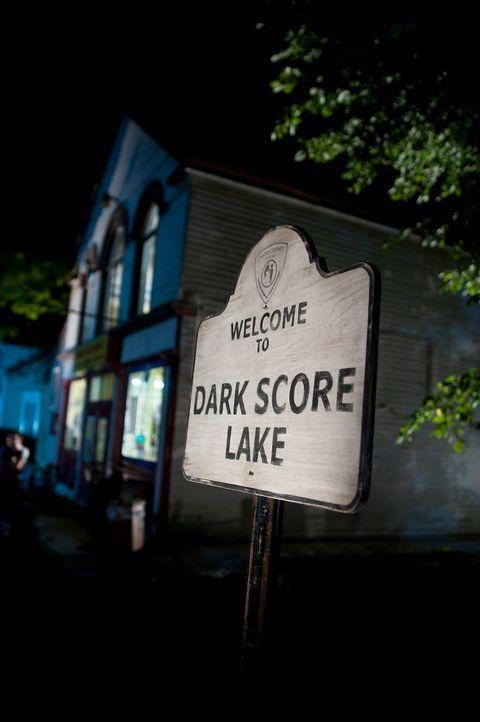 Das Haus am Dark Score Lake hegt ein grauenvolles Geheimnis ... - Bildquelle: 2011 Sony Pictures Television Inc. All Rights Reserved.