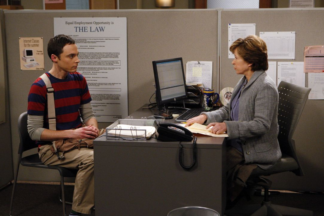 Im Wissen, dass Einstein einen banalen Job beim Patentamt hatte, als er die Relativitätstheorie entwickelte, beschließt Sheldon (Jim Parsons, l.),... - Bildquelle: Warner Bros. Television
