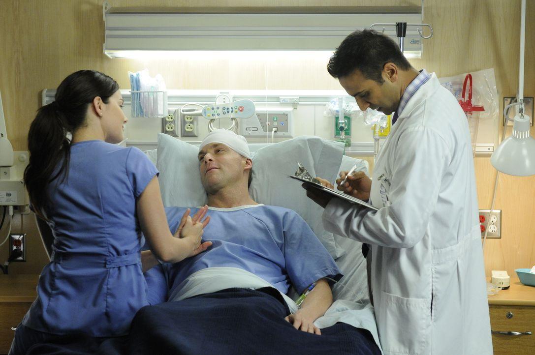 Dr. Shahir Hamza (Huse Madhavji, r.) und Dr. Alex Reid (Erica Durance, l.) führen erste Tests mit Dr. Charlie Harris (Michael Shanks, M.) durch, nac... - Bildquelle: 2013 NBC Studios, LLC